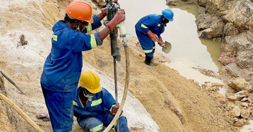 In Zimbabwe, Women Dig for Aquamarine