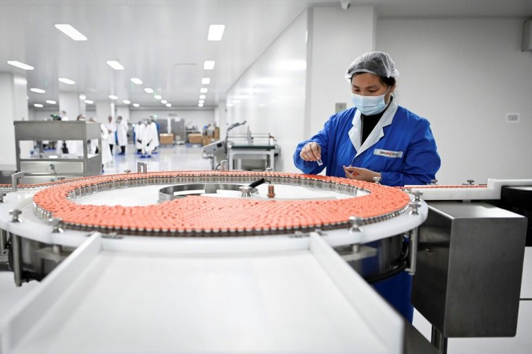 去年,北京一家生产科兴新冠疫苗的工厂。大多数中国人还没有完成两剂疫苗接种。