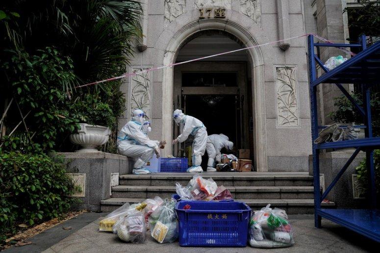 上周,在广州一个被封锁的大院里分发物资。