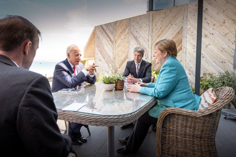 拜登与德国总理安格拉·默克尔以及他们的助手杰克·苏利文(左)和扬·赫克上周六上午在康沃尔。