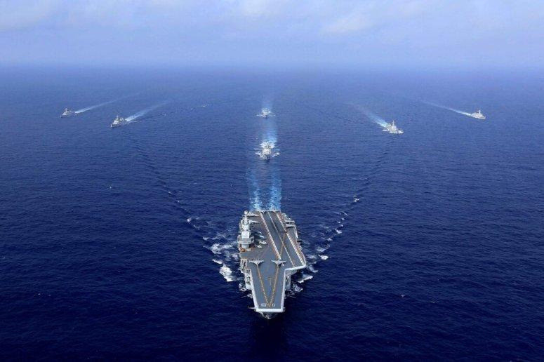 """2018年,中国航母""""辽宁号""""在一次演习中航行。"""