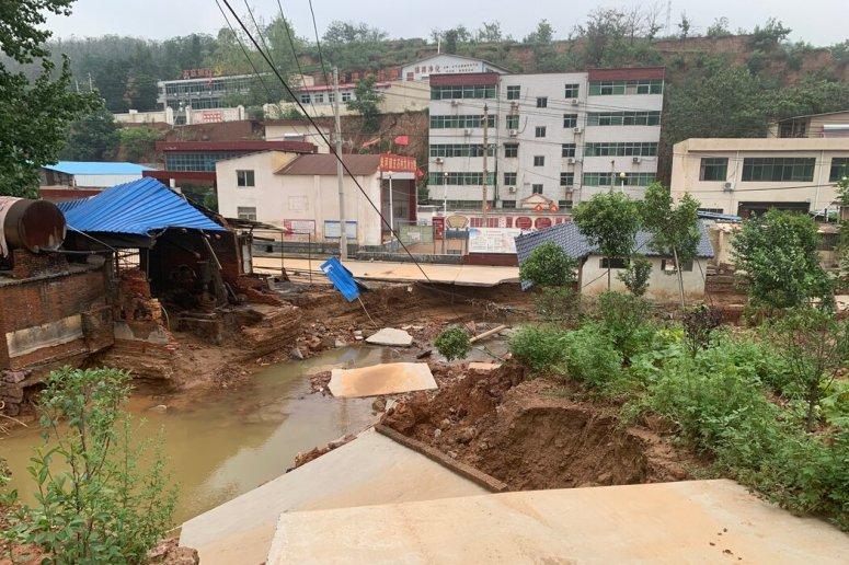 米河,暴雨带来了大量泥土。