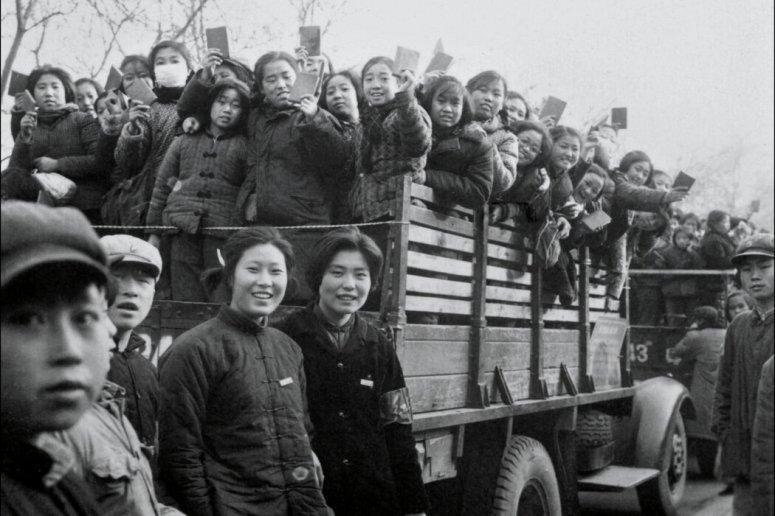 1966年「文革」剛剛開始時,北京的一群紅衛兵和學生揮舞著毛澤東語錄。