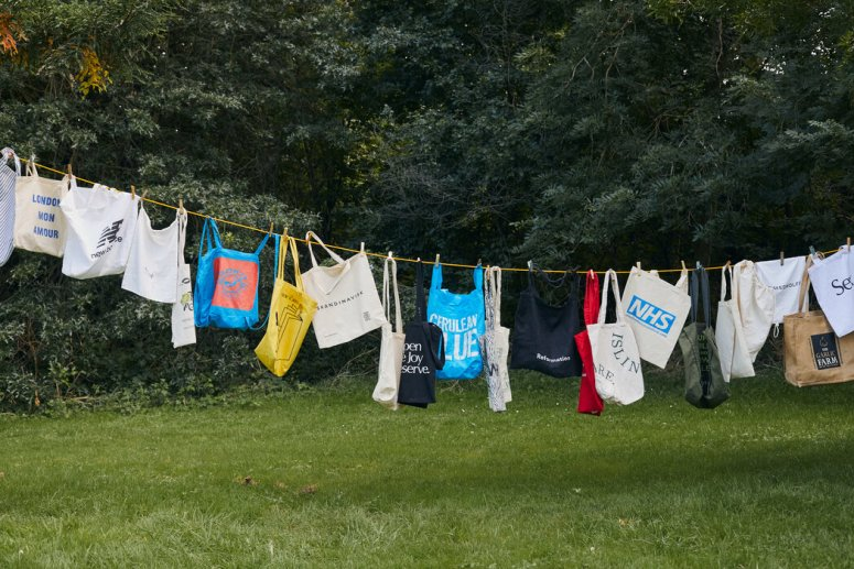 人们争先用环保袋取代塑料袋以后,一个消费者积累的棉质环保袋挂在一条晾衣线上。