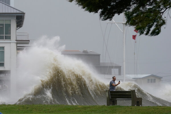 Hurricane Ida battered New Orleans with 150 mile-per-hour winds on Sunday.The storm intensified more than the National Hurricane Center's forecast,which had called for maximum winds of 140 m.p.h.
