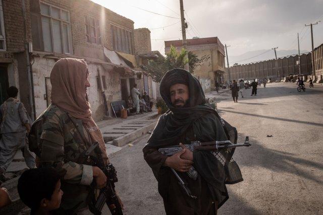 上周,喀布尔机场附近的塔利班武装人员。