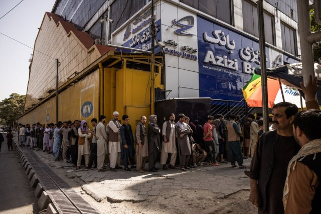 上周,喀布尔一家银行外等待的民众。