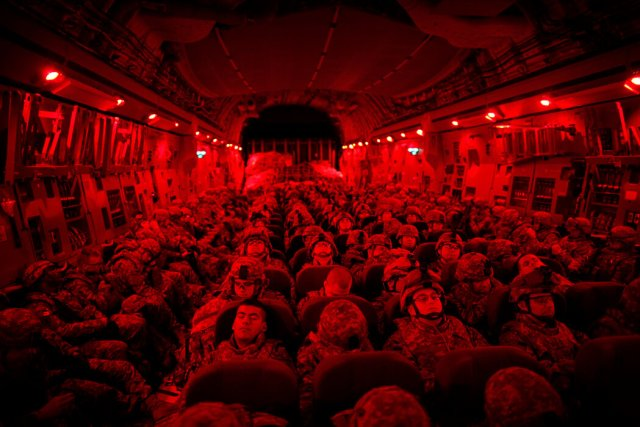 2010年,美國士兵在前往阿富汗的旅途中。
