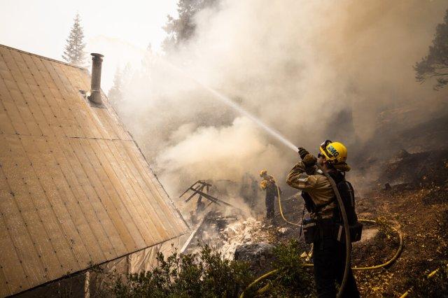 本周早些时候,圣马科斯的消防队员努力在南塔霍湖的卡尔多大火中拯救一间燃烧的小屋。