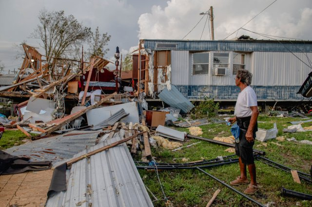 """气温上升与恶劣暴风雨天气增多有关,比如肆虐了路易斯安那州的飓风""""艾达""""。"""