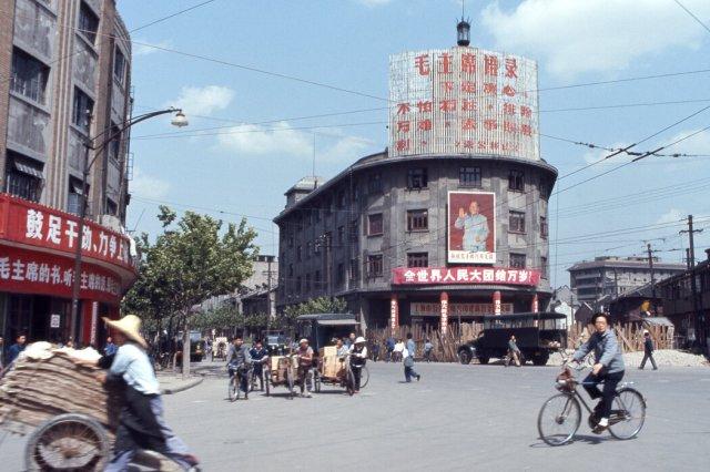 1971年中国上海,毛泽东画像和赞颂文化大革命的标语牌。