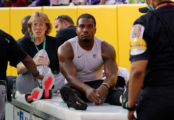 Il running back dei Baltimore Ravens JK Dobbins è stato portato fuori dal campo dopo essersi strappato il legamento crociato anteriore in una partita di preseason contro la Washington Football Team.