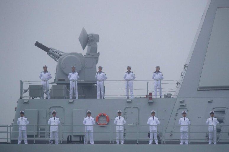 """中国水手在新型导弹驱逐舰""""南昌号""""的甲板上,摄于2019年山东青岛附近。"""