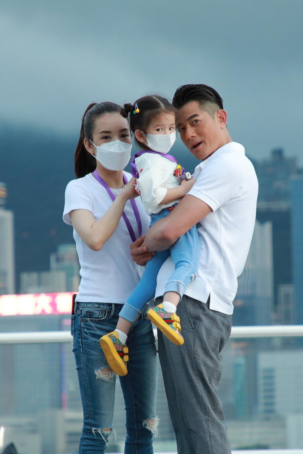 城城抱妻女一同合照。(視覺中國)