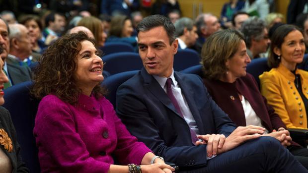 El presidente del Gobierno en funciones, Pedro Sánchez, con su actual ministra de Hacienda, María Jesús Montero