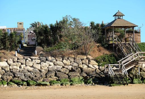 Acceso privado a la playa por la parte trasera del centro de Anide