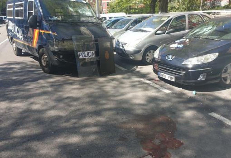 Marcas de sangre y destrozos en los coches de la calle donde fue detenido el hombre