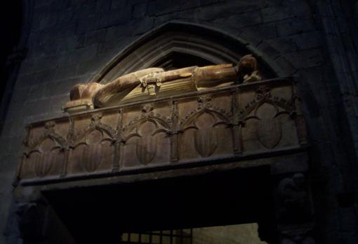 Sepulcro con los restos de Ramón Berenguer II, expuesto en la catedral de Gerona.