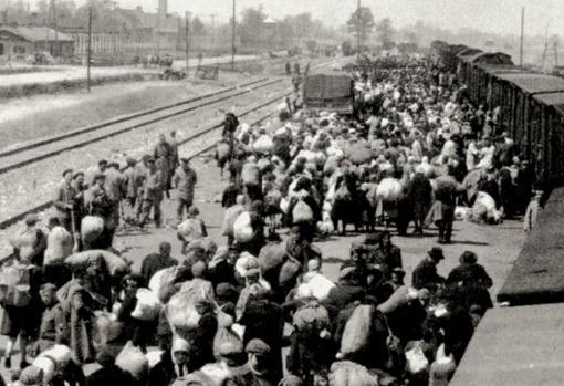 Judíos en la rampa de descarga del campo de concentración