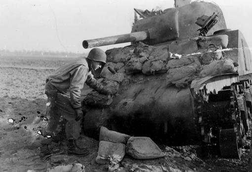 Carro de combate Sherman, después de que un Panzerfaust impactase en uno de sus sacos terreros