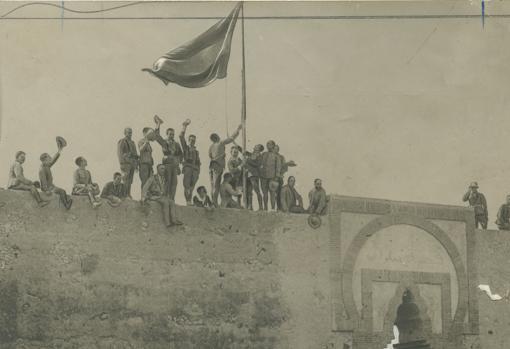 Solemne instante de ser izada la bandera española sobre las puertas de la Alcazaba de Zelúan