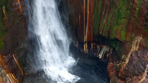 El agua se desploma de forma espectacular en la Catarata del Toro