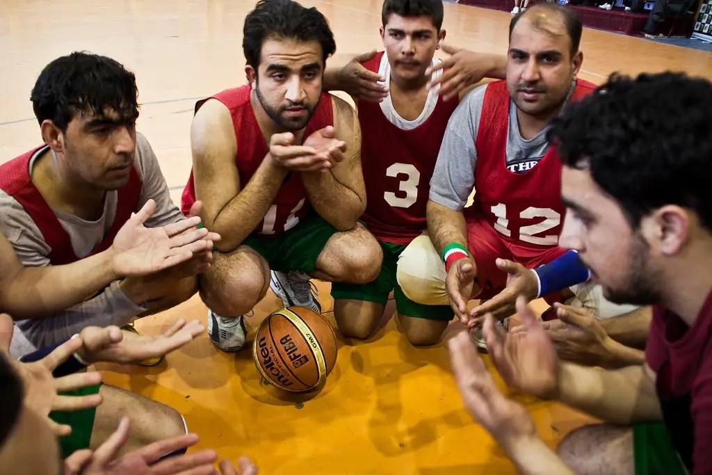 Pre-partido huddle oración - que entrenó a un equipo de Jalalabad a un torneo nacional en Kabul