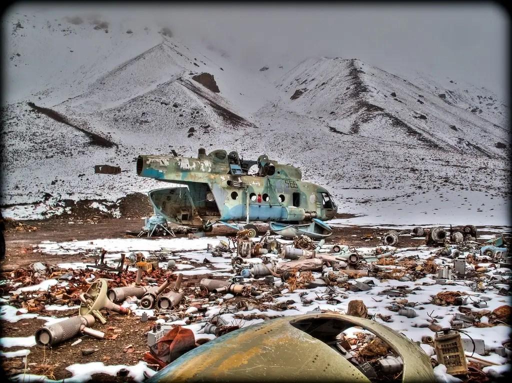 Downed Soviética helicóptero Mi-8 - escombros décadas vieja guerra es un lugar común en el campo, sobre todo el valle de Panjshir