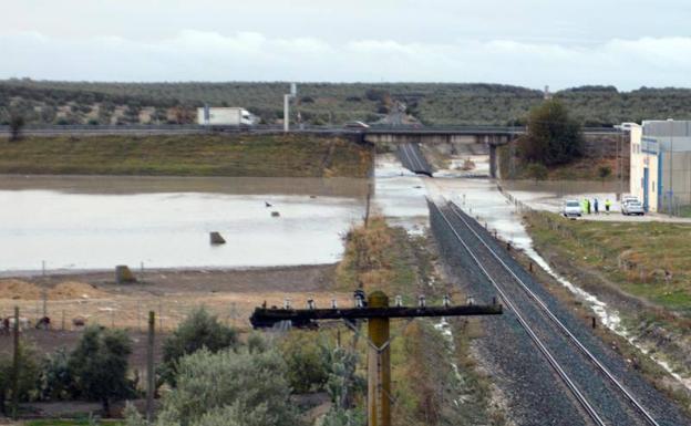 Tramo de vía ferroviaria inundada a su paso por el Arahal (Sevilla), debido a las fuertes lluvías caídas esta madrugada