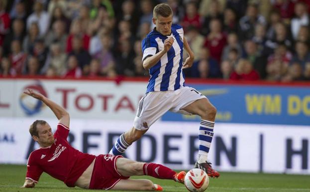 An Aberdeen defender tries to snatch the ball from Finnbogason.