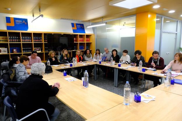 Reunión de Asupa y los sindicatos, ayer en el SASEC. / JUAN LLACA