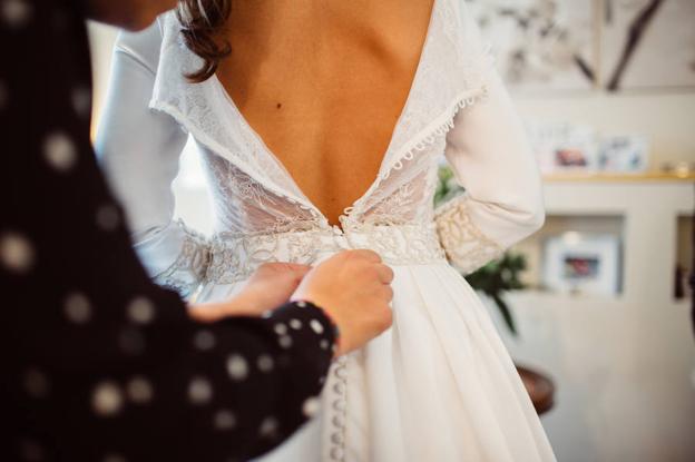 Ultimando detalles del vestido en la boda de Elena y Héctor.
