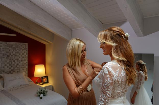 Carmen, radiante con su vestido, cumpliendo las tradiciones en su boda con Francisco.