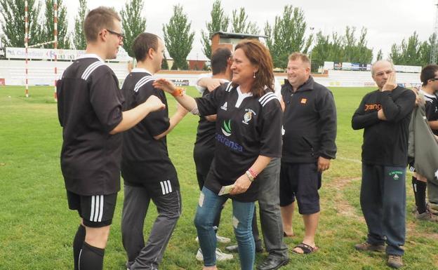 Acto de entrega de camisetas a los jugadores del equipo de rugby inclusivo.