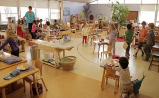 Un grupo de alumnos durante una clase en un colegio que utiliza el método Montessori.