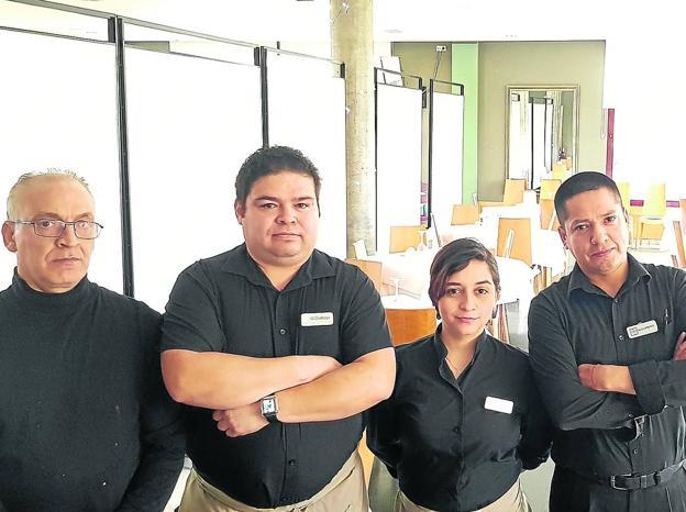 Jacinto, Giovini, Yuli y Alejandro, a la una y media de la tarde en el restaurante Zenit que por la falta de camioneros se encuentra casi vacío. /María Félez