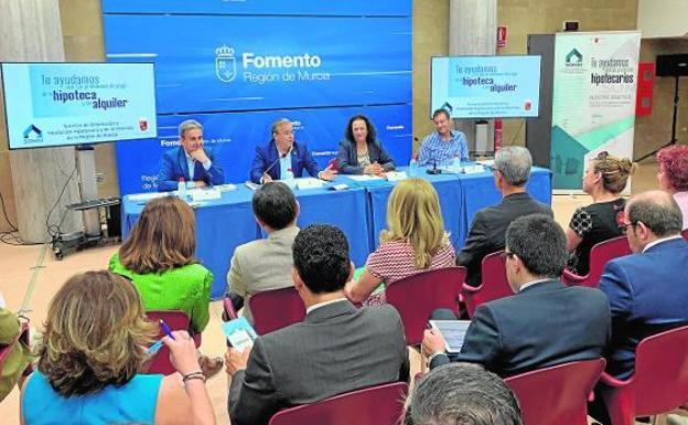 Reunión del consejero Patricio Valverde con los agentes sociales y entidades implicadas en el Servicio de Mediación, ayer. / CARM