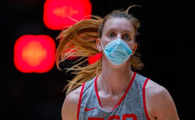 Laura Gil, last Sunday at La Fonteta in Valencia, training with a mask after the positives of her teammates Alba Torrens and Tamara Abalde.
