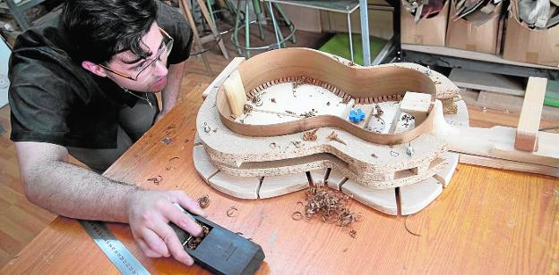 1. Detail of the interior of a guitar with its reinforcements, elements that help the sound.