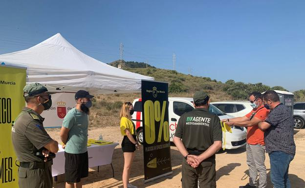 Presentation of the '0% plastics' campaign on Calblanque beach.