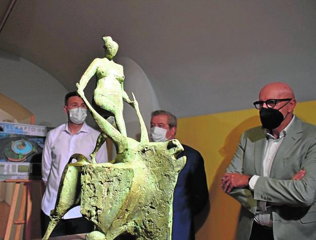 The mayor, Luis Melgarejo and Alfonso López, together with the original work.