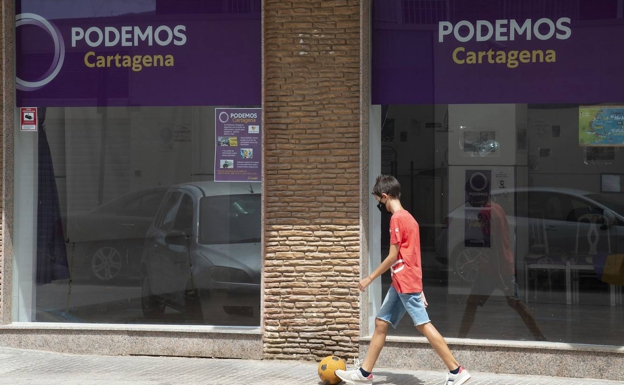 Podemos headquarters in Cartagena, this Wednesday, with a poster on video cameras (left).