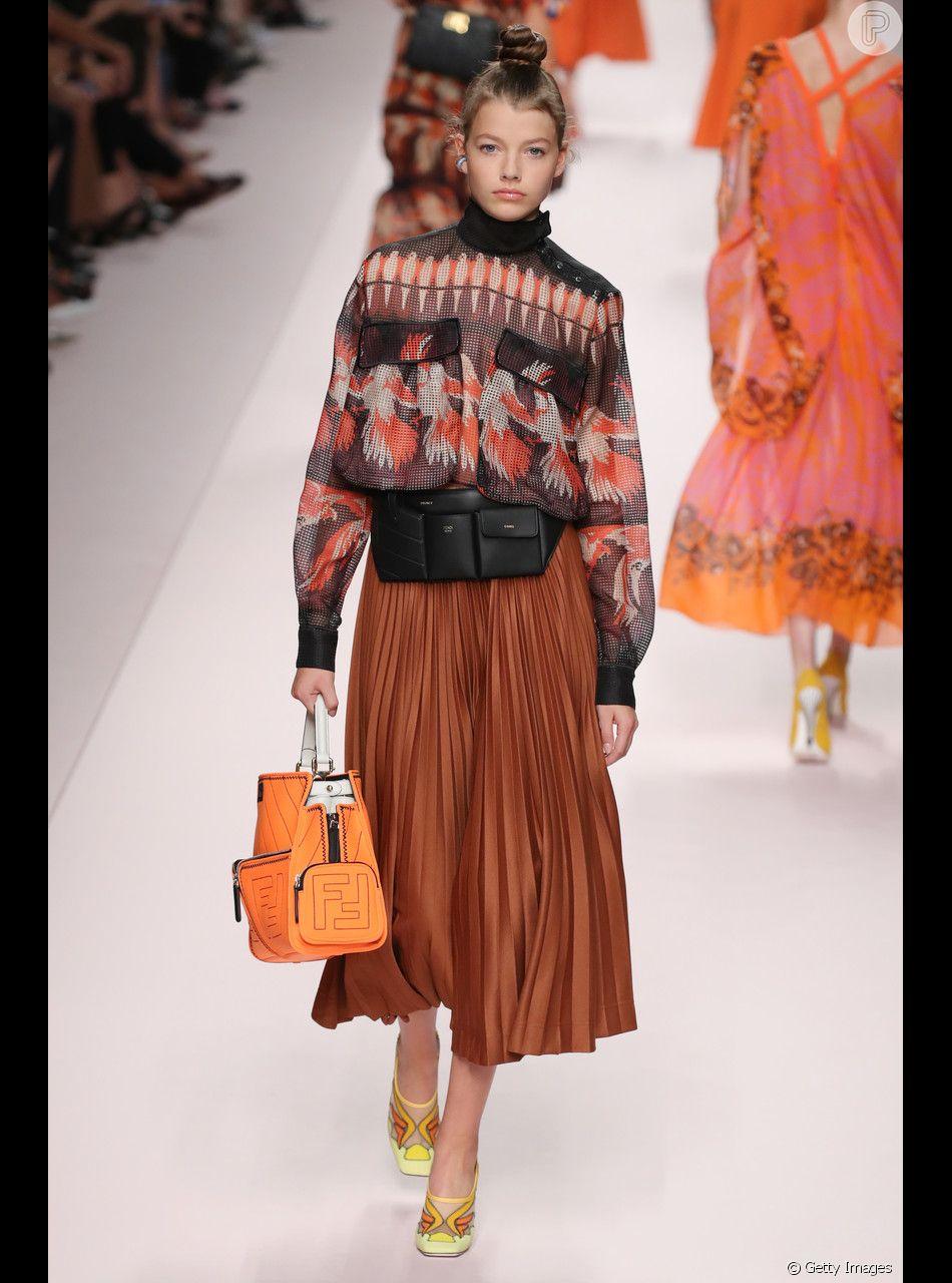 A saia midi também apareceu em tom de terracota em tecido mais leve para deixar a produção de verão mais fresca