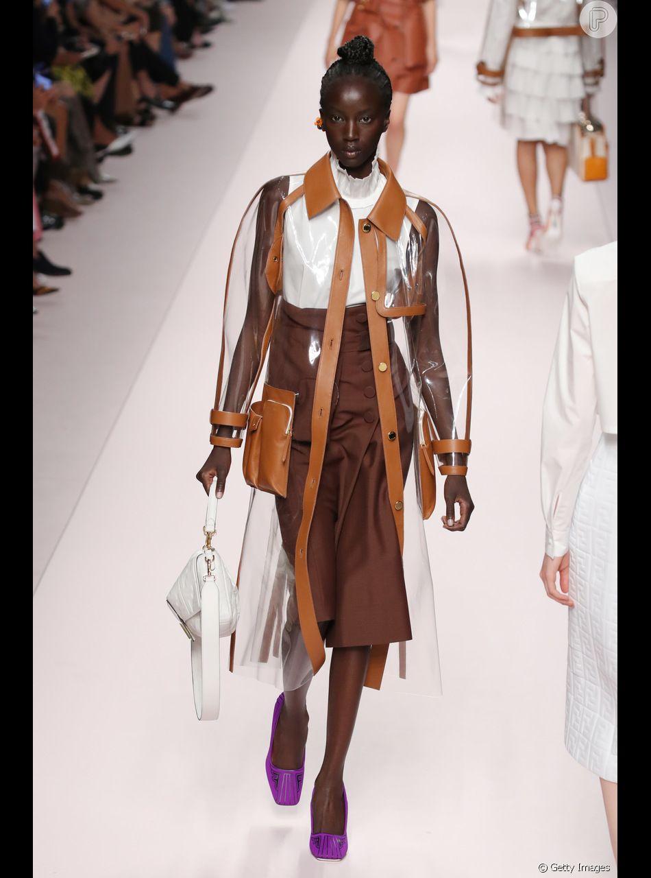 A saia midi envelope em tom de marrom escuro apareceu combinando com outros detalhes em terracota no desfile da Fendi em Milão