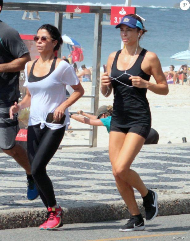 Grazi Massafera correu no calçadão do Leblon e curtiu dia de calor no Rio de Janeiro nesta quarta-feira, 20 de dezembro de 2017