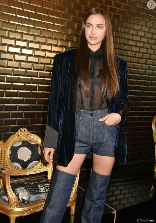 Look com transparência: Irina Shayk em produção toda estilosa com mix de texturas em jeans, veludo e tecido transparente