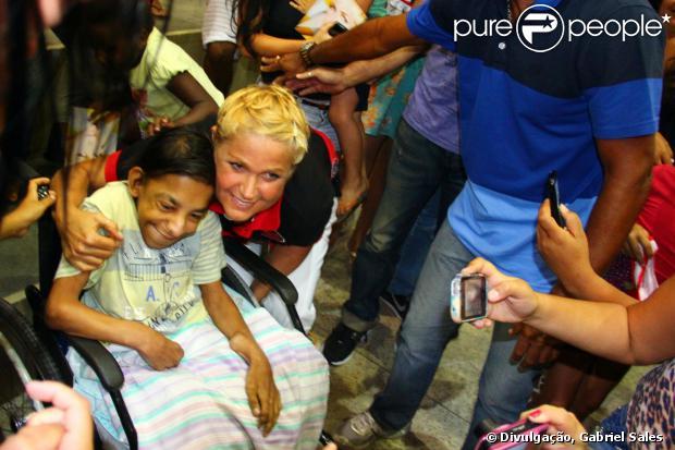 A apresentadora Xuxa atendeu aos pedidos dos fãs que estavam no Ginásio Benedito Zarour