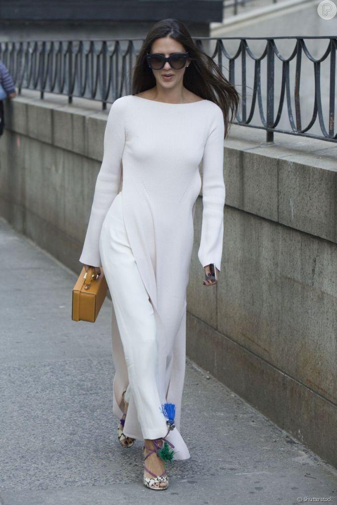 E que tal esse look que sobrepõe o vestido simples com a calça?