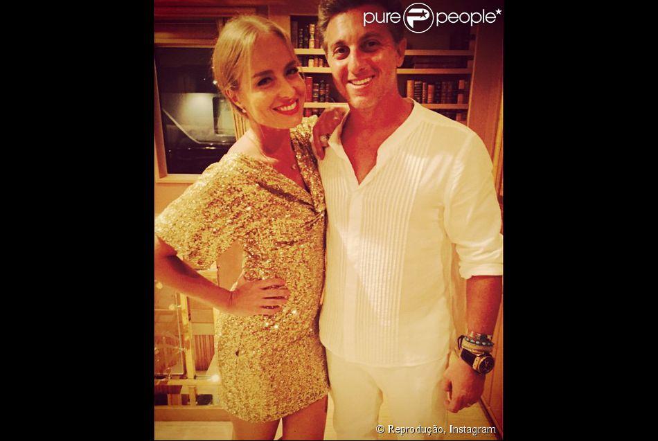 Angélica escolheu um modelito dourado para a noite do dia 31 de dezembro de 2014, enquanto o marido, Luciano Huck, optou pelo look todo branco