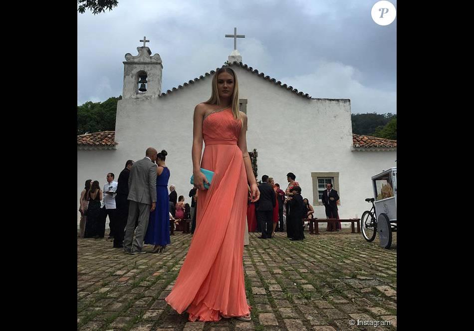 Também madrinha, Fiorella Mattheis apostou no vestido da Printing e bolsa Versace